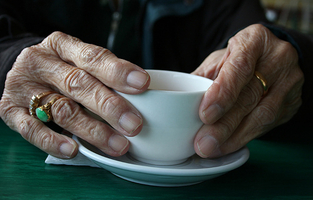 Old_hands_cup_tea_cold