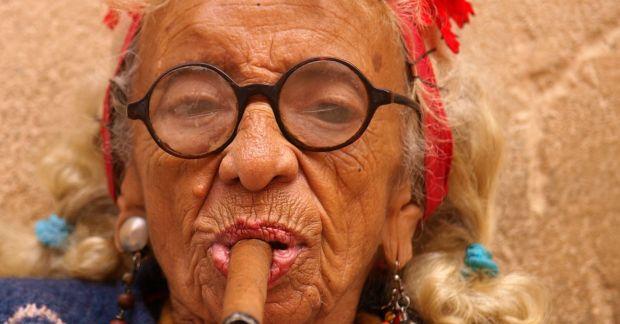 cigar_smoking_woman_in_cuba